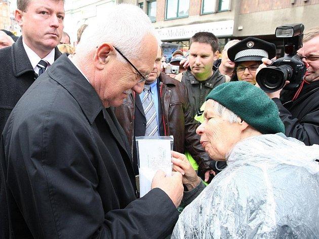 Vyvrcholením letošních Slavností svobody, které připomněly 65.výročí osvobození Plzně americkou armádou, byl dnešní pietní akt u pomníku Díky Ameriko za účasti prezidenta republiky Václava Klause.