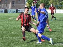 Tři góly domažlického útočníka Lukáše Matějky (v červeném) stačily ve víkendovém zápase proti Vyšehradu pouze na remízu. Foto: Jiří Pojar