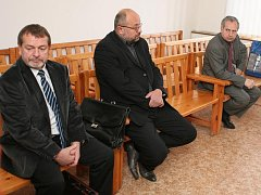 Zleva Jiří Kurtinec, Jaroslav Scharf a Jaroslav Novák u soudu