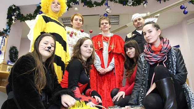 Studenti roznášejí vánoční přání a péefka, která připravily děti z mateřinek