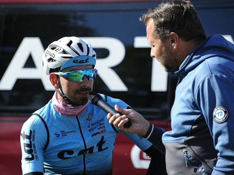 Moderátor Jan Kotal (vpravo) zpovídá v cíli Tomáše Kalojírose, vítěze letošní Tour de Brdy.