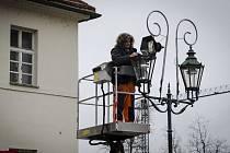 Montáž vánočního osvětlení v Plzni