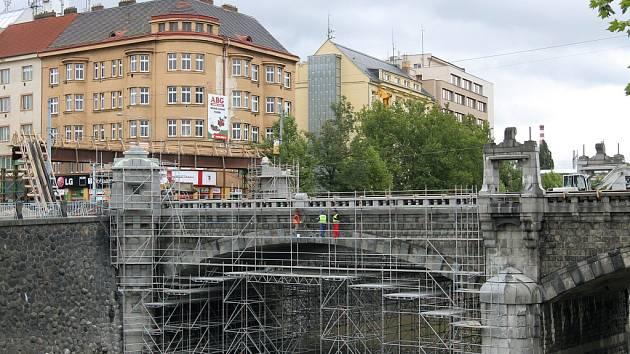 Z Wilsonova mostu mizí tuny zeminy