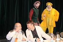Petr Borovský, představitel titulní role Sganarella, stojí na snímku vpravo. Vedle něj je šéf techniků a muzikant Matěj Siegl. Za stolem sedí dramaturg Pavel Vašíček (vlevo) a autor výpravy, výtvarník Ivan Nesveda
