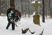 Starosta Prádel Václav Rojík v doprovodu člena Přátel 4. obrněné divize US armády u křížku na vrchu Dubeč