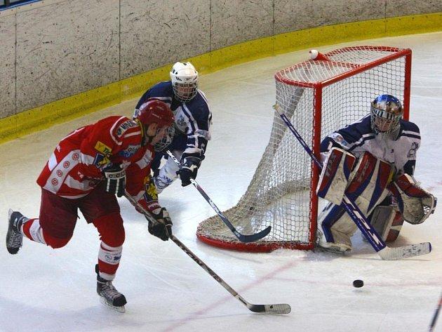 Cestu dorostenců hokejového Lasselsbergeru Plzeň (v bílém) uplynulou extraligovou sezonou ukončil už v prvním kole play off Třinec