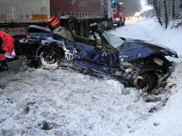Srážka kabrioletu a kamionu si vyžádala zranění na straně řidiče osobního auta. Na místě zasahoval i lékařský vrtulník.