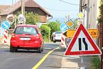 Křižovatku v Mantově obklíčily dopravní značky.