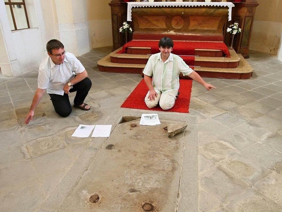 Jiří Basl (vlevo) a Jiří Sankot ukazují  rozměry krypty, kde je pohřben Heřman Jakub hrabě Černín z Chudenic.