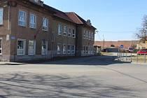 Základní škola, kolem níž nebude možné v budoucnu jet. V plánu je zaslepení vozovky. Stavební povolení je vydáno