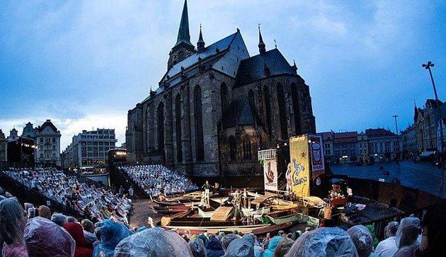 Velkou roli vjejí divadelní kariéře hraje festival Divadelní léto pod Plzeňským nebem. Začala zde pracovat před jedenácti lety, jako řadová brigádnice. Zanedlouho přijala pozici inspicientky a rekvizitářky festivalové inscenace Lhář.