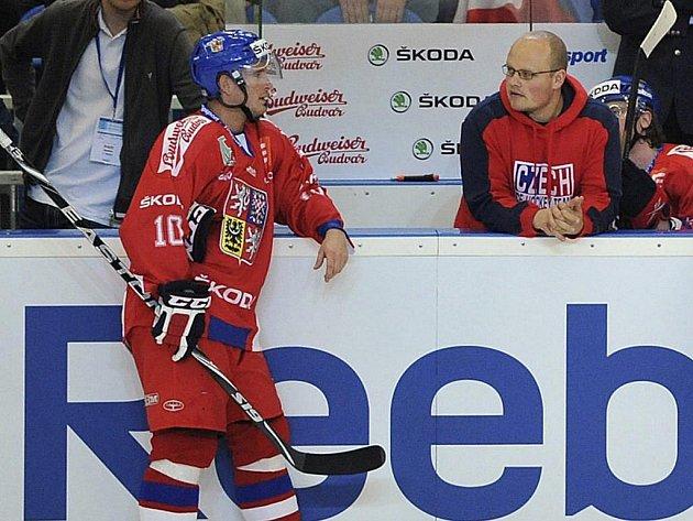 Masér Zdeněk Šmíd na snímku z mistrovství světa vpravo rozmlouvá s  Romanem Červenkou