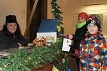 Sebastien (v popředí) a Claudie Tischlerovi napsali dopis Ježíškovi a zašli ho hodit do schránky vánoční pošty v mázhausu plzeňské radnice. Dohlíží na ně slečna Poštmistrová Marie Muchová.