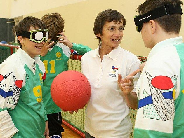V tělocvičně nebo na závodech. Tam nejčastěji uvidíte Marcelu Kulíškovou, která se zrakově postiženými pracuje od roku 2001. Na snímku zrovna vysvětluje žákům pravidla goalballu