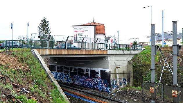 Most přes trať v Lobzích čeká oprava.