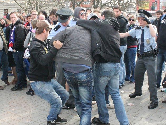 Čekání na lístky na hokejové finále se neobešlo bez incidentů mezi fanoušky