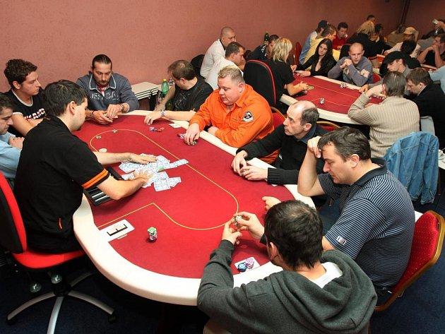 Plzeňského pokerového turnaje se v sobotu zúčastnilo čtyřiapadesát hráčů především z Plzně a okolí. Utkali se o téměř čtvrt milionu korun.