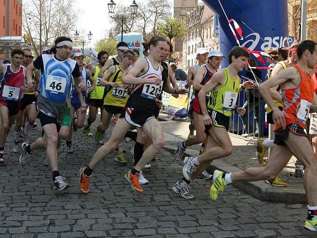 Na tři stovky běžců vyrazily na trať třetího Plzeňského půlmaratonu