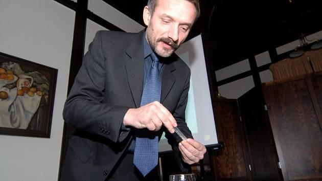 Jiří Fáměra předvádí jednu z metod, jak zjistit, jestli je sklenice řádně umyta. Nejprve se naplní vodou. Pak se do ní dá  kafr. Pokud jeho úlomky ve vodě rotují, sklenice je čistá. Stačí však, aby se dovnitř strčil prst, a pohyb částeček ustane