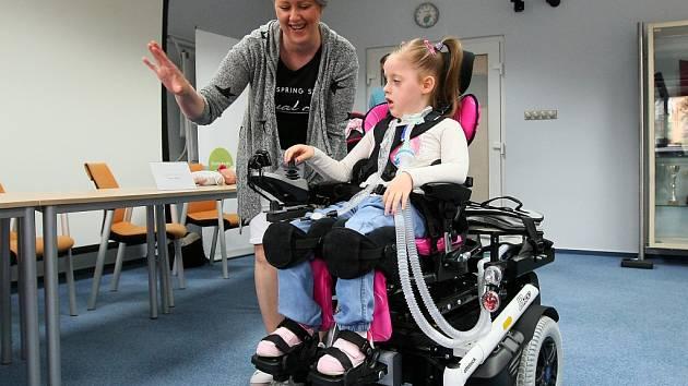 Malá Sofinka si na nový elektrický vozíček rychle zvykla. Ovládání jí rozhodně nebude dělat žádný problém