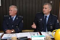 Ředitel západočeských policistů Antonín Moltaš  (vlevo) a jeho zástupce Miloslav Maštera na tiskové konferenci