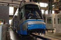 Nízkopodlažní tramvaj v prostorách Škoda Transportation. Její konečnou stanicí bude Wroclav