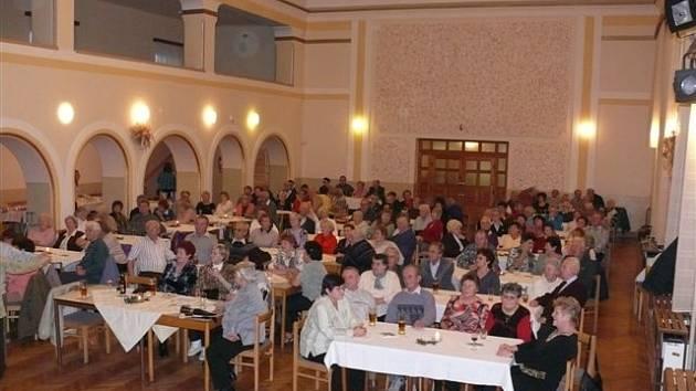 Jako tradičně i letos se sešli senioři v Lidovém domě v Blovicích. Město pro ně připravilo předvánoční setkání