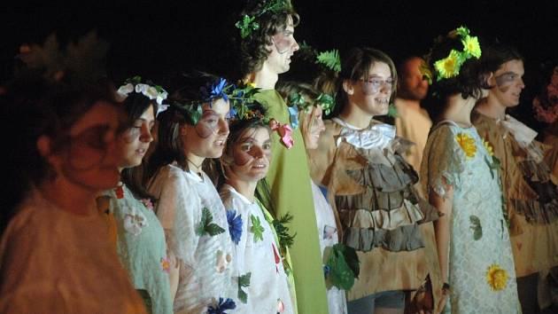 Divadelní společnost Jezírko zahrála v pátek večer v rámci Zámeckých slavností v Křimicích komedii Williama Shakespeara Sen noci svatojánské