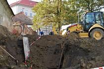Ve čtvrtek se v Chotěšově opět pracovalo. Bagr zahrnoval příkop za dohledu policie
