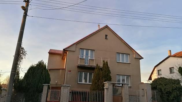 Dvě třípatrové bytovky by měly v ulici V Zahradách vzniknout místo tohoto rodinného domu, který čeká demolice.