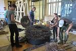 Na nové zoologické expozici Národního muzea v Praze se podíleli také pracovníci Záchranné stanice živočichů Plzeň, kteří pro ni připravili hnízdo čápů bílých. V pátek 9. července bylo vše završeno jeho konečnou montáží přímo v budově Národního muzea