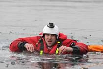 Vodní záchranáři nacvičovali záchranu člověka, který se propadl skrz led