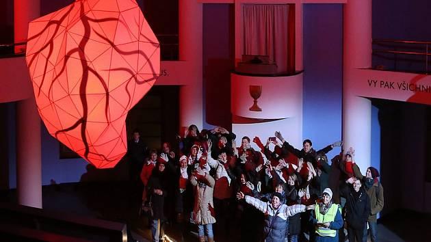 V Plzni začal Festival světla. Na snímku je  interaktivní srdce, které spojuje umění a kybernetiku.