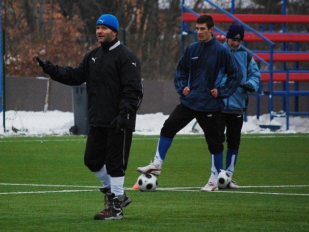 Trenér juniorky Viktorie Plzeň Milan Matejka (vlevo) udílí pokyny svým svěřencům při včerejším prvním tréninku zimní přípravy na jarní část České fotbalové ligy