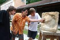 Učitel, akademický sochař a  světově proslulý ledový sochař František Bálek, je se svými studenty Petrem Šťastným a Josefem Fryaufem zase z Písku v Plzni v exteriérech školy na Zámečku.