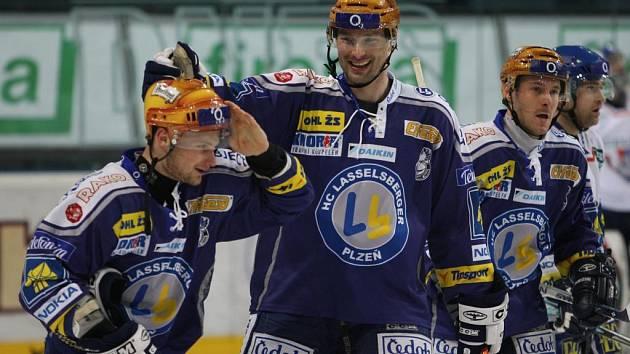 Hokejisté Lasselsbergeru Plzeň porazili ve včerejším domácím utkání Kladno 6:5. Na snímku se z gólu radují zleva Michal Dvořák, Marek Posmyk a Tomáš Vlasák