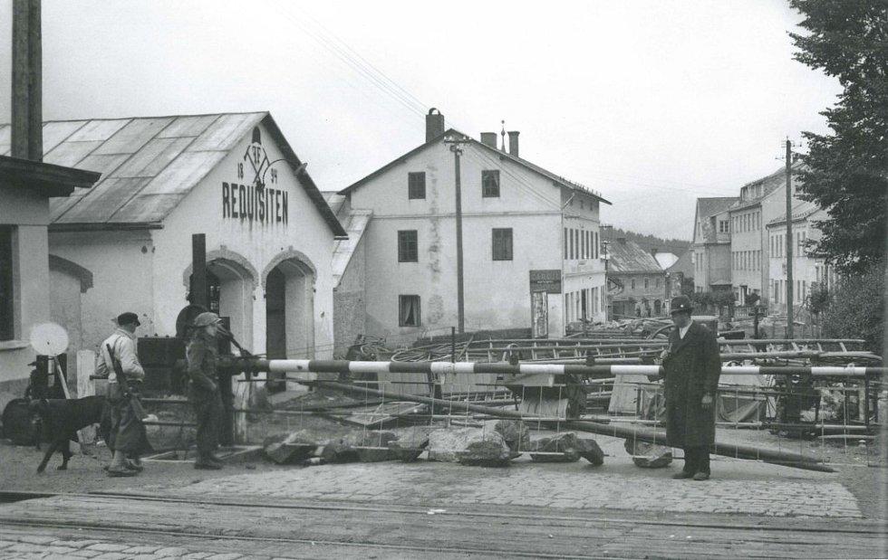 Zátaras u železničního tunelu v Železné Rudě v září 1938. Němci během několika dnů, kdy v ulicích vládl nepořádek a rabování, město násilím obsadili
