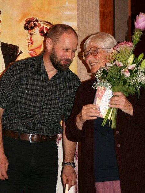 Režisér Ladislav Moulis a Eva Konečná, manželka Bohumila Konečného, při předpremiéře nového dokumentárního filmu Bimba – Příběh zapomenutého malíře