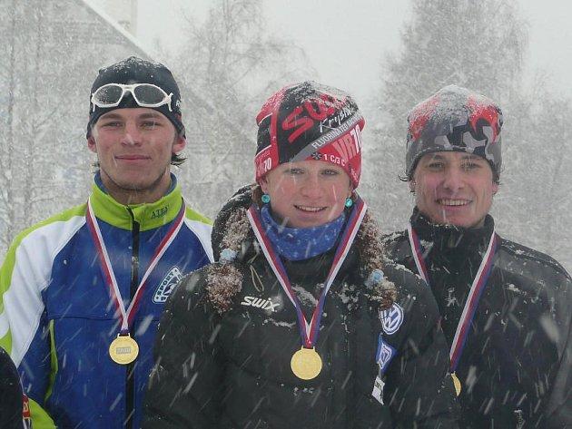 Běžci Západočeské univerzity Pavel Razým, Martina Janoušková a Vladislav Razým (zleva) obhájili na mezinárodním Akademickém mistrovství republiky triumf v závodě smíšených štafet z loňského roku