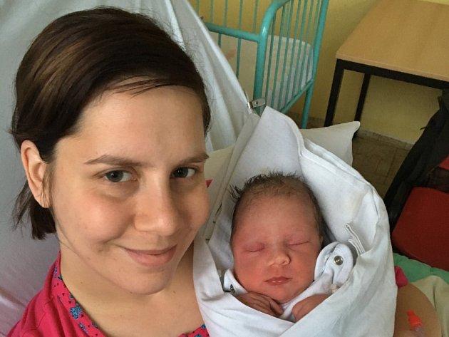 Karolína Bahníková se narodila 8. ledna v 6 hodin mamince Gabriele Brůhové a tatínkovi Pavlovi z Utušic. Po příchodu na svět v plzeňské porodnici U Mulačů vážila jejich dcerka 2950 gramů a měřila 48 centimetrů.