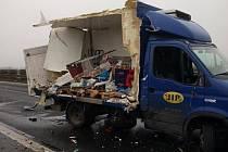 Řidič dodávky zřejmě nestihl reagovat na odstavený kamion a naboural do něj.