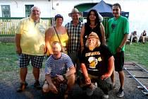 Ochotníci z Buřiny se nechali na památku vyfotografovat s hvězdou seriálu Václavem Postráneckým