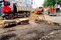 Rekonstrukce části ulice Obrněné brigády mezi pěší zónou a křižovatkou s ulicí 26. dubna nadále pokračuje. Celkové náklady jsou téměř 10 milionů korun a potrvá do listopadu.