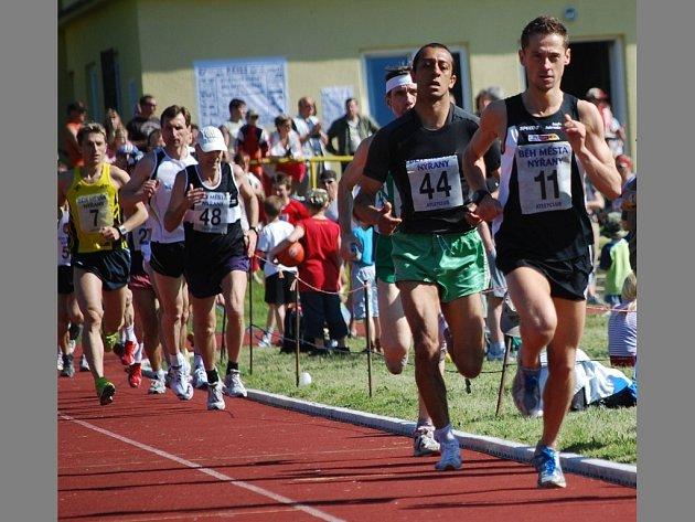 První metry 38. ročnkíku Běhu města Nýřany v sobotu ovládl Roman Skalský (č. 11), pozdější vítěz Daniel Fekl (č. 7) je zcela zachycen vlevo.
