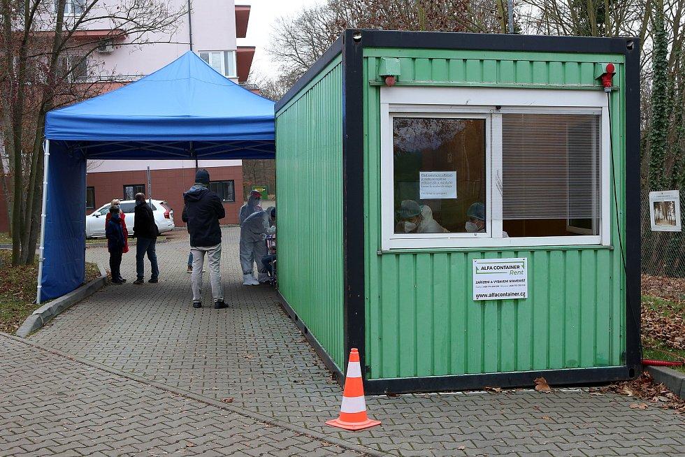Plošné testování prostřednictvím POC antigenních testů začalo ve středu i v městské nemocnici Privamed v Kotíkovské ulici v Plzni.