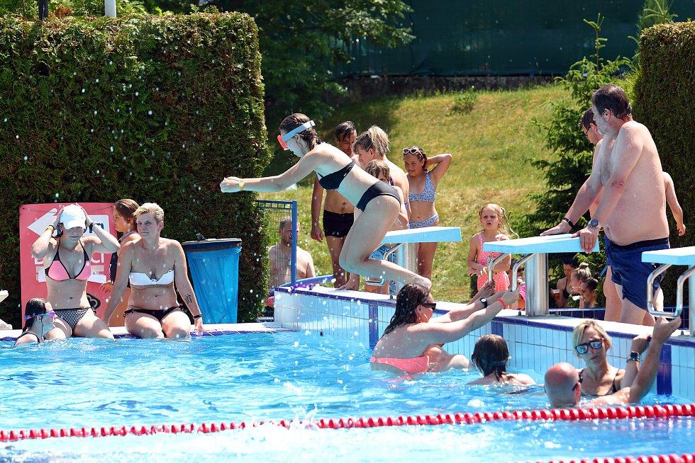 Sobotní tropické teploty přilákaly obyvatele Plzně do slovanského plaveckého areálu. Teplota vody ve venkovním bazénu dosahovala příjemných 26. stupňů. Pro vstup na koupaliště je potřeba negativní test na Covid 19, který si zájemci mohli nechat udělat ve