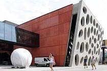 Betonová skulptura před Novým divadlem