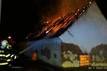Požár budovy vedle čerpací stanice v Plzni-Doudlevcích.