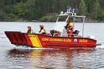 09 – Záchranný pracovní prám je vybaven zvukovým a světelným výstražným zařízením -  modrými majáky, které upozorňují ostatní účastníky plavebního provozu (plavce, rybáře, lodičky, šlapadla, paddleboardy) na zasahující záchranářské plavidlo.