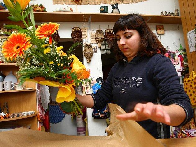 Během pátku a soboty připravili květináři stovky kytic. Napilno měla a Kateřina Honsová (na snímku).